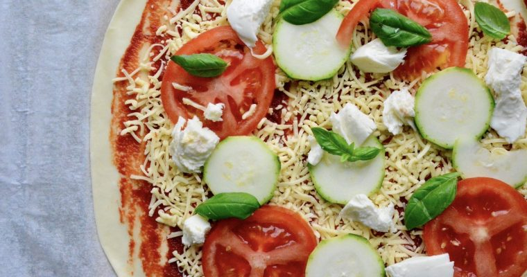 Pizza mozzarella, zucchini, tomato & basil | Easy recipe to start cooking