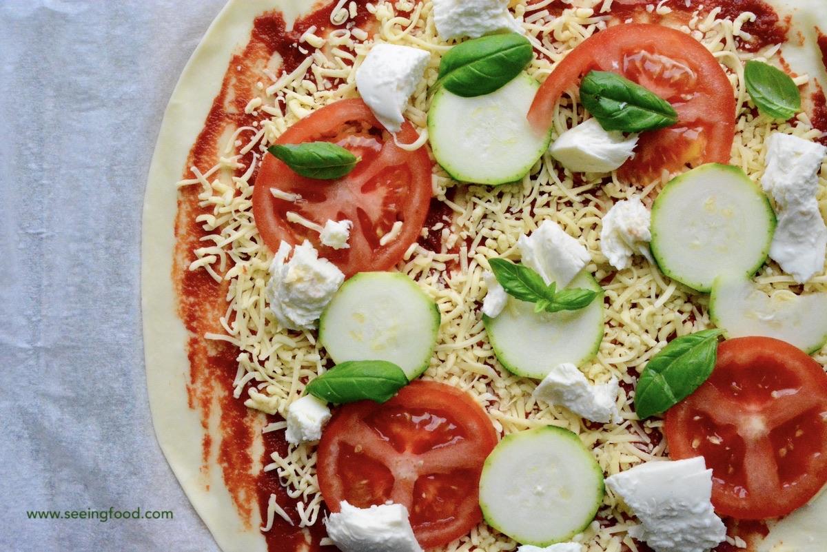 Pizza mozzarella, zucchini, tomato & basil | Easy recipe to start cooking
