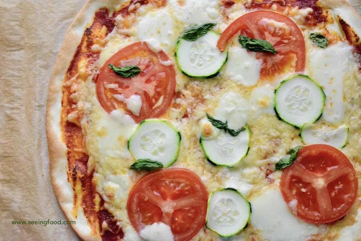 Pizza mozzarella, zucchini, tomato & basil